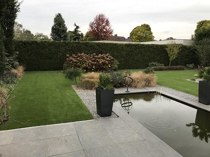 Kunstgras tuin met vijver Hapert